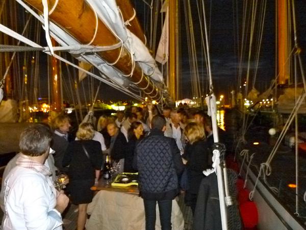 Beaucoup de monde à bord pour déguster le champagne Henriot Brut Souverain et fêter les victoires du Nan